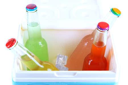 Kleiner Kühlschrank Für Getränke : Getränke in glasflaschen in mini kühlschrank close up lizenzfreie