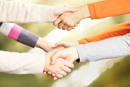 poign�es de main: Les poign�es de main sur le fond lumineux