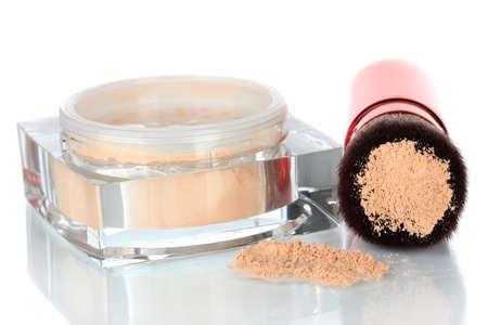 Brosse de maquillage avec de la poudre, isolé sur blanc