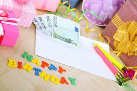 Le banconote in euro come regalo al compleanno su tavola di legno close-up Archivio Fotografico - 24412796