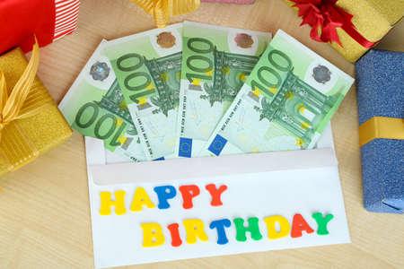 Le banconote in euro come regalo al compleanno su tavola di legno close-up Archivio Fotografico - 24465611