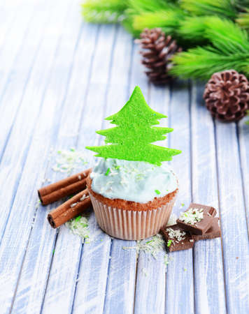 weihnachtskuchen: Leckere Kuchen mit Buttercreme, auf Farbe Holzuntergrund
