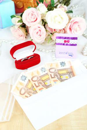 Le banconote in euro come regalo al matrimonio su tavola di legno close-up Archivio Fotografico - 24551865