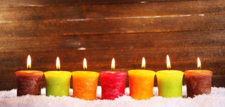 Brennende Kerzen auf Holz Standard-Bild - 24608142