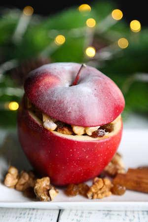 christmas apple: Ripiene di mele di Natale con noci e uvetta sul tavolo vicino
