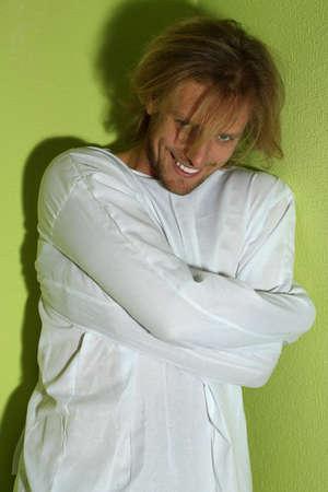 psychopathe: Malades mentaux homme en camisole de force dans le coin de la chambre