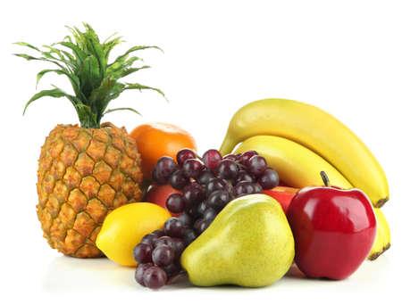 Frutas sabrosas aisladas en blanco