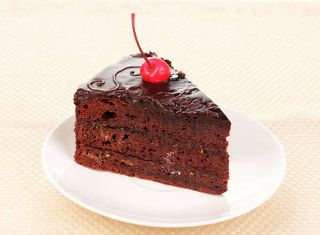 servilleta: Pastel de chocolate sacher de cerca en la servilleta Foto de archivo