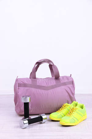 Borsa sportiva con attrezzature sportive in palestra photo