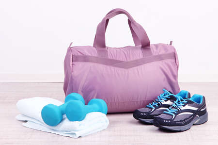 Sports bag with sports equipment in gymnasium 免版税图像