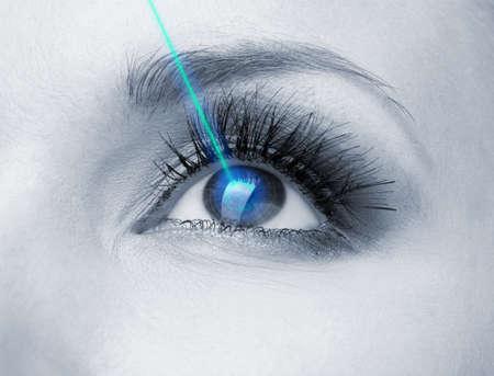 레이저 시력 교정. 여자의 눈. 스톡 콘텐츠