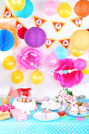 pompon: Festive table setting for birthday on celebratory decorations
