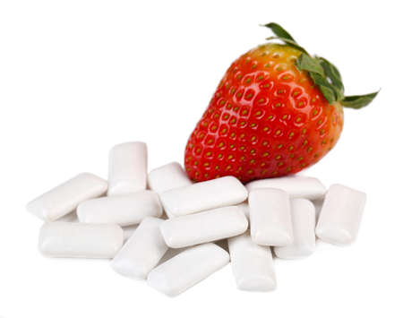 goma de mascar: La goma de mascar con sabor de frutas, aislado en blanco