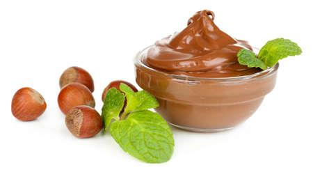 avellanas: Dulce de chocolate avellanas con c�scara en todo y menta aislados en blanco Foto de archivo