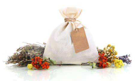 bolsita: Bolsa bolsa textil con flores secas, hierbas y bayas, aislado en blanco