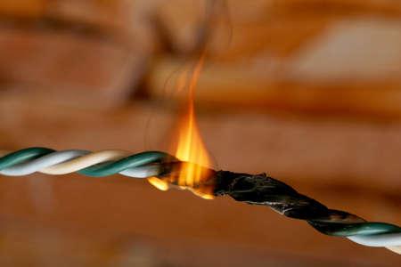 circuitos electricos: Cortocircuito, cable quemado, en color oscuro Foto de archivo