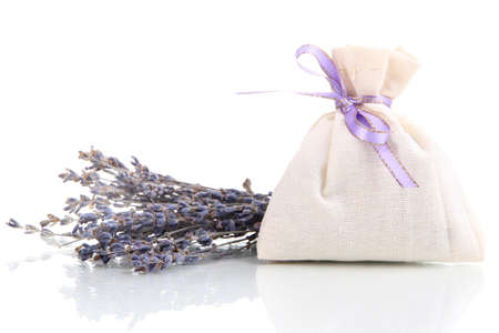 Tessile sacchetto bustina con fiori di lavanda essiccati isolati su bianco