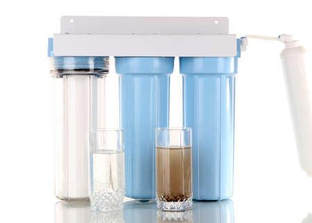 vasos de agua: Sistema de filtraci�n para tratamiento de agua con vasos de agua limpia y sucia aislados en blanco