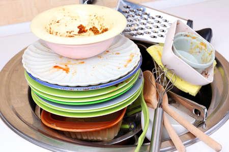 wash dishes: Utensilios de cocina deben lavarse de cerca Foto de archivo