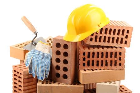 materiales de construccion: Nuevos ladrillos de construcción y herramientas aisladas en blanco Foto de archivo