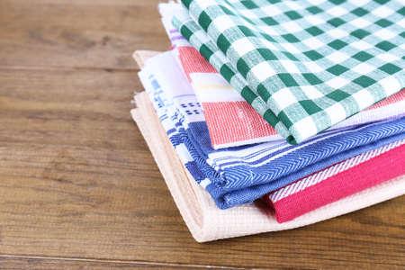 serviettes de cuisine sur fond de bois Banque d'images