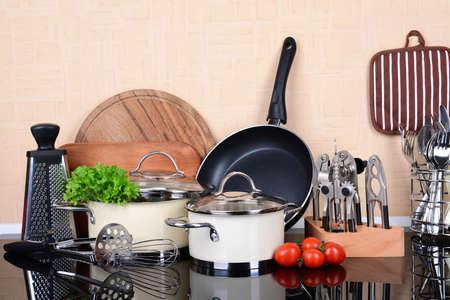 utencilios de cocina: Herramientas de la cocina en la mesa en la cocina Foto de archivo
