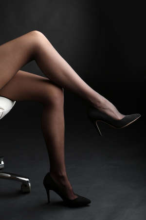 tacones negros: Medias de mujer piernas perfectas en fondo oscuro