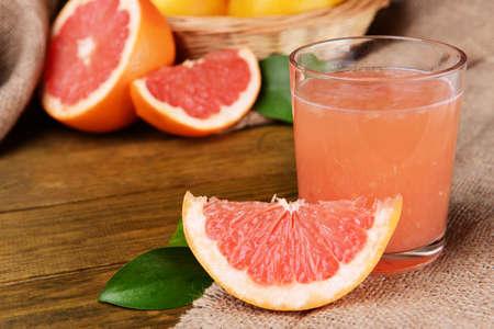 pomelo: Pomelo maduro con jugo en la mesa de close-up