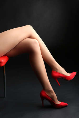 pantimedias: Medias de mujer piernas perfectas en fondo oscuro