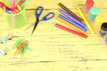 creative tools: Composizione di vari strumenti creativi sul colore di sfondo in legno Archivio Fotografico