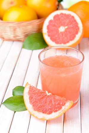Ripe grapefruit with juice on table close-up Imagens
