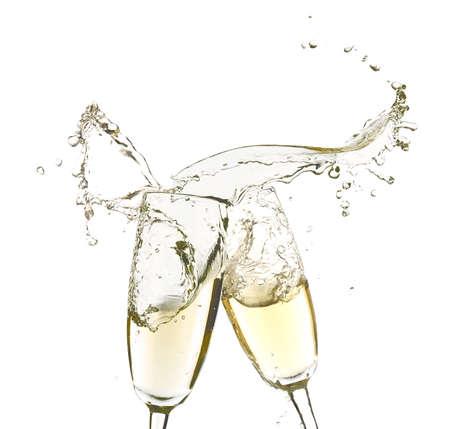 brindisi spumante: Bicchieri di champagne con spruzzi, isolato su bianco