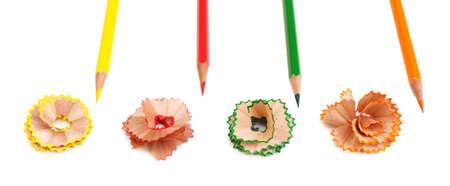 Lápices de colores y virutas de lápiz, aislado en blanco