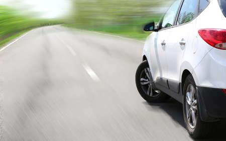 Zeer snel rijdende auto op de weg Stockfoto