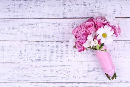 Schöne Hochzeitsstrauß auf Holzuntergrund