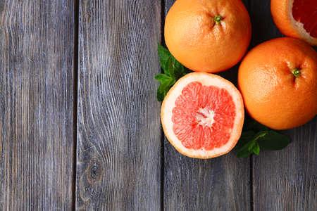 木製の背景に熟したグレープ フルーツ