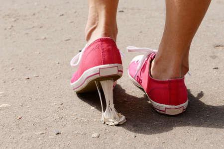 chaussure: Pied coincé dans le chewing-gum dans la rue Banque d'images