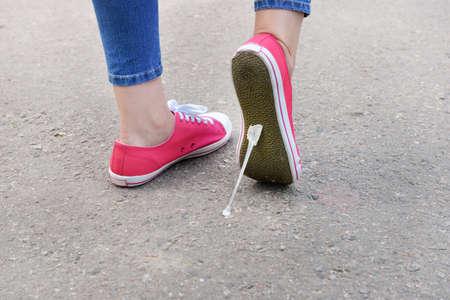 -Guma do żucia: Stopa przyklejonych do żucia na ulicę