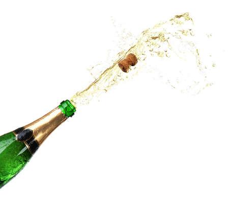 Fles champagne met spatten op wit wordt geïsoleerd Stockfoto