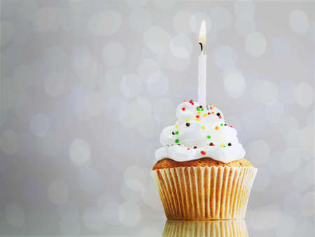 Tasty cupcake on bright background Banque d'images