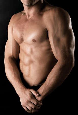 muskeltraining: Sexy muskulöser Mann auf dunklem Hintergrund Lizenzfreie Bilder