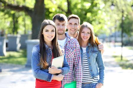 estudiantes universitarios: Estudiantes felices en parque