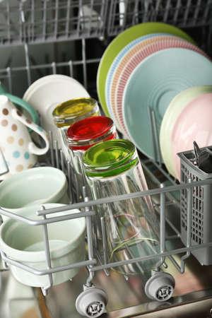 lavavajillas: Abra el lavaplatos con utensilios limpios en ella Foto de archivo