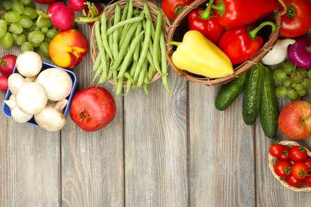 obst und gem�se: Sommer-Frame mit frischen Bio-Gem�se und Obst auf Holzuntergrund Lizenzfreie Bilder