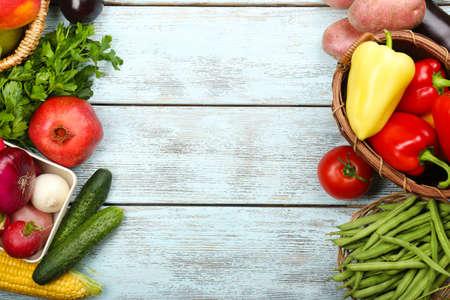 新鮮な有機野菜と果物木製の背景に夏フレーム 写真素材