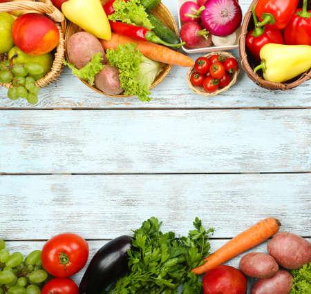 comiendo fruta: Marco del verano con vegetales org�nicos frescos y frutas en el fondo de madera