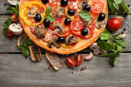 おいしいピザは、木製のテーブルで提供しています