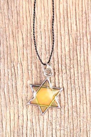 stella di davide: Stella Ciondolo David su sfondo di legno