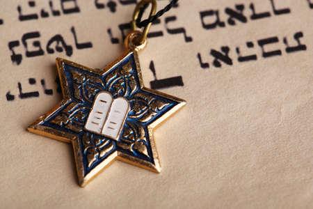 estrella de david: Estrella de David colgante en la vieja p�gina de papel de fondo