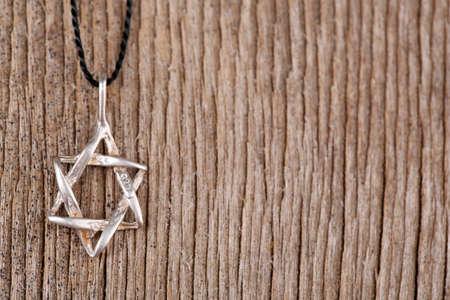 stella di davide: Stella di David ciondolo su sfondo di legno Archivio Fotografico